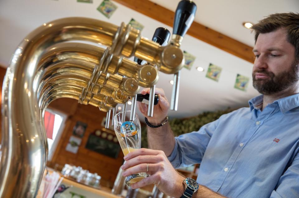 Barman entrain de servir la bière La Saint Pierre